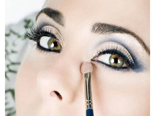 Maquillaje azul y plata