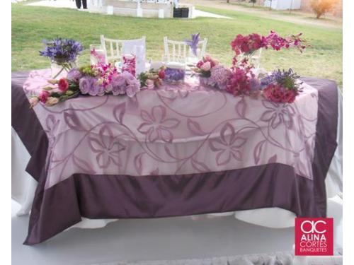 Mesa de los novios con adornos florales