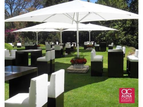 Montaje lounge con sombrillas en el jardín