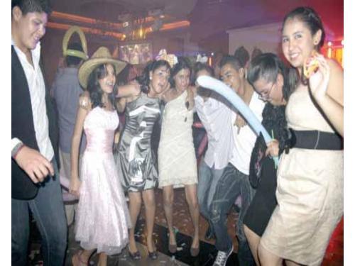 Festejando a los novios