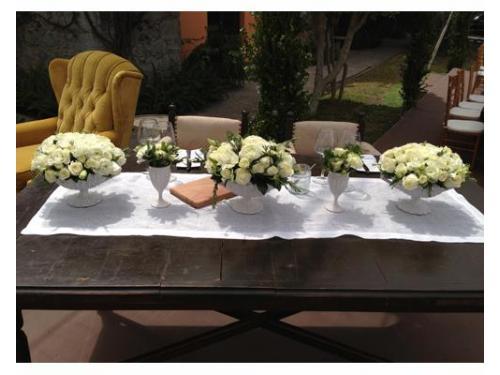 Decoración floral en la mesa de honor