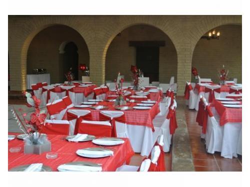 Montaje rojo con centros de mesa