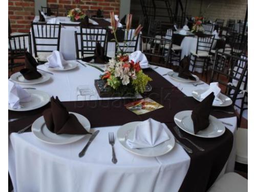 Montaje con sillas tiffany y caminos de mesa