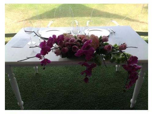 Arreglo floral en la mesa de honor