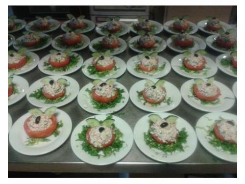 Jitomates rellenos de ensalada de surimi