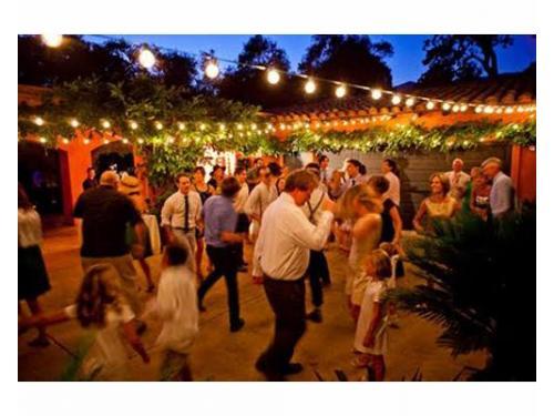 Tus invitados bailando
