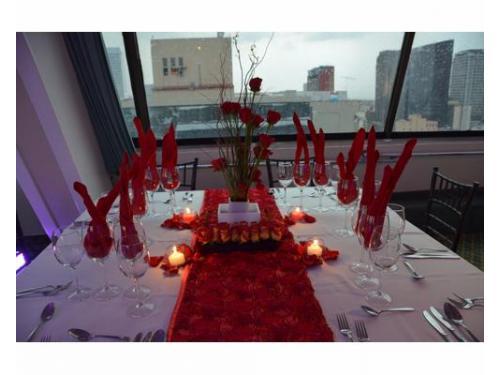 Montaje con velas y tonos rojos