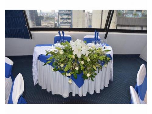 Mesa de los novios con flores