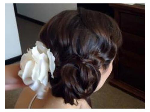 Peinado con detalle de rosa