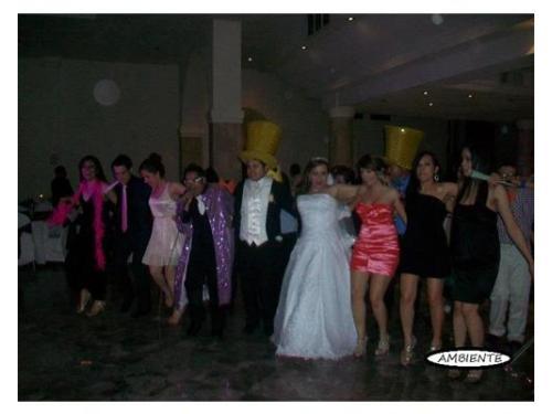 Novios bailando con invitados