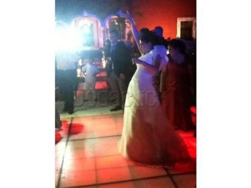 Novia bailando en la pista de baile