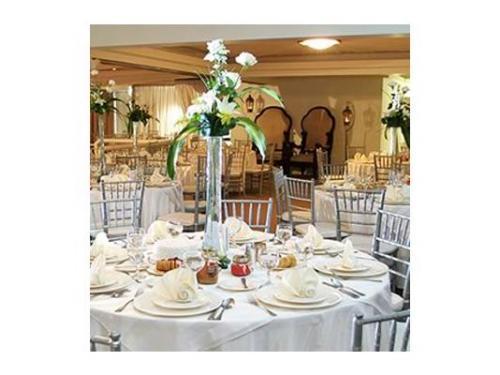 Mesa redonda con mantelería blanca