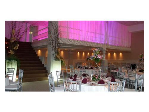 Mesas amplias con una decoración hermosa