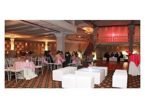 Salas lounge con mesas iluminadas