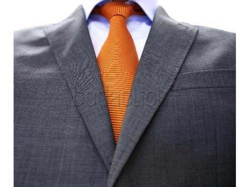 Tono anaranjado para corbata de novio