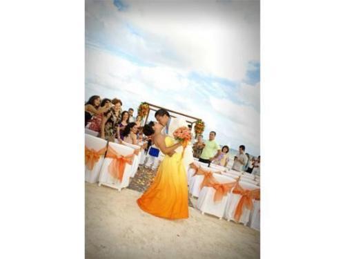 Los recién casados en la playa