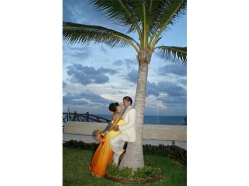 Recargados en la palmera disfrutando de momentos juntos