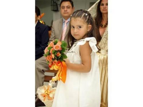 La pequeña y bella damita en la misa
