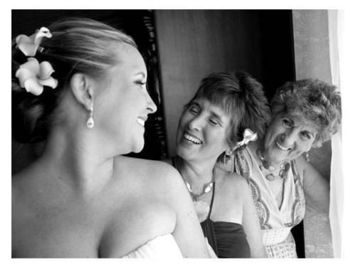 La novia y las mamas pasando un momento agradable