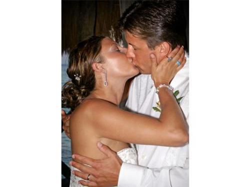 El beso de los novios completamente enamorados