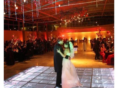 Música, iluminación y buen ambiente para tu boda