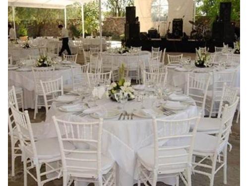 Montaje de mesas redondas y sillas tiffany