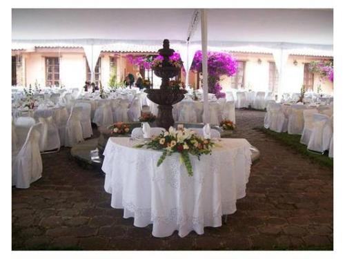 Mesa principal con arreglo floral