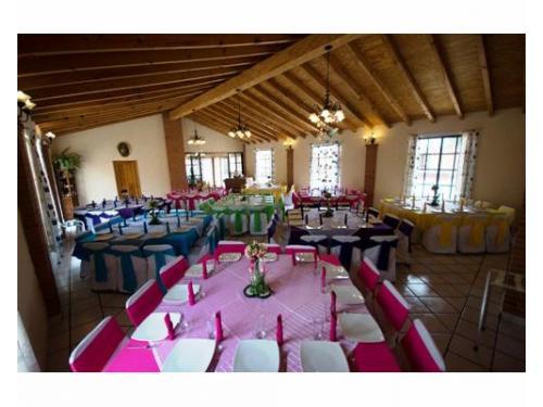 Vista panorámica del salón con montajes coloridos