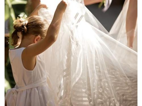 Paje alzando la cola del vestido