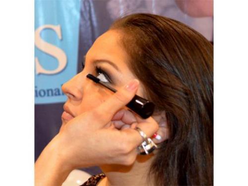 Maquillando pestañas