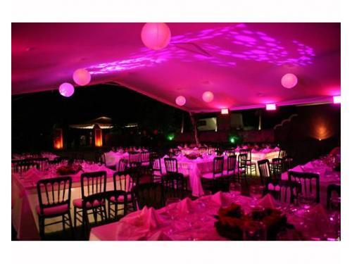 Boda con iluminación rosa