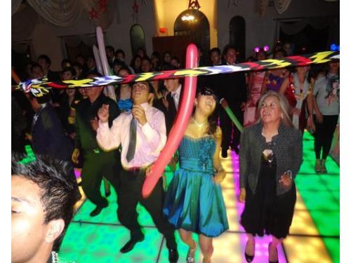 Invitados bailando limbo
