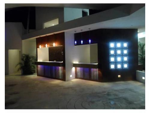 Área lounge iluminada