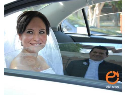 Novia en el auto y reflejo del novio en el vidrio