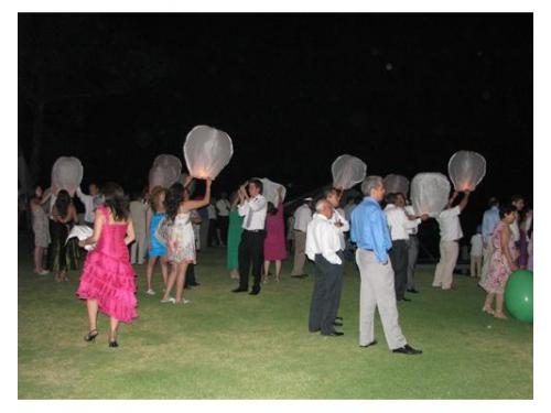 Invitados con globos de cantoya