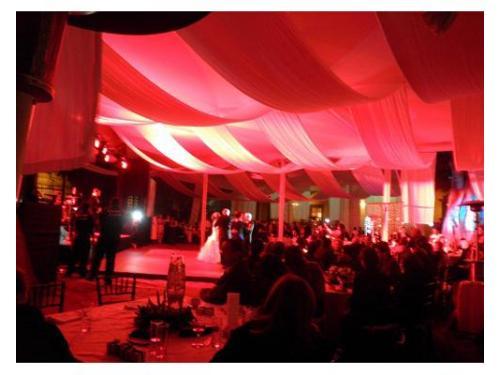 Iluminación roja en boda