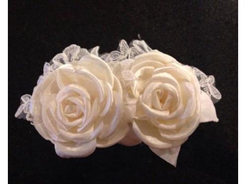 Una peineta donde resalta lo elegante del encaje y las flores de raso de seda