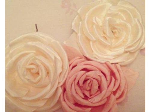 Una creación diseñada para una novia que llevara un toque de color en su look