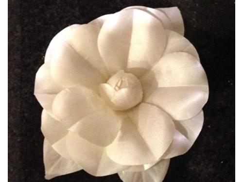 Flor camelia hecha de seda para dar un toque elegante y clásico