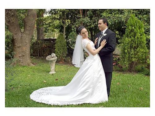 Muy contenta la pareja en el bello jardín