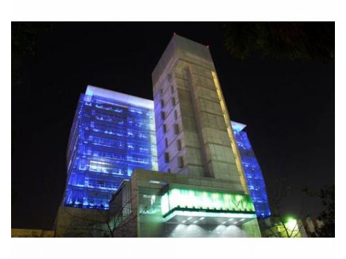 Edificio iluminado de noche