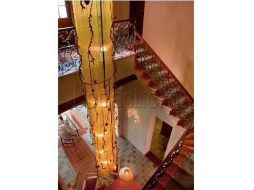 Escaleras que suben a las habitaciones