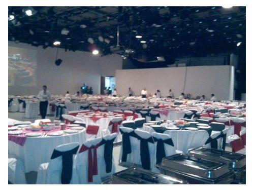 Montaje de mesas en salón