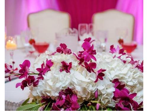 Arreglo floral en la mesa de los novios