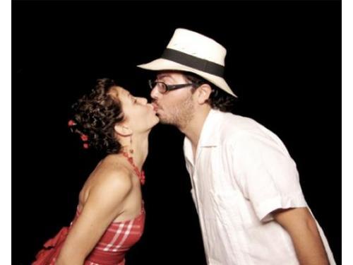 Los invitados capturando un beso