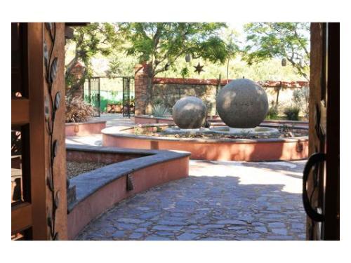 Fuente con esferas de piedra