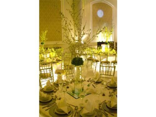 Impecable montaje para tu eventos con arreglos de flores altos