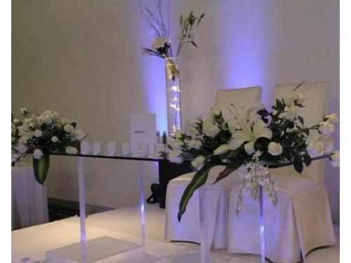 La mesa de los novios adornada con flores