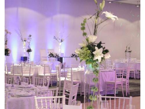 Bellos y altos centros de mesa como parte de la decoración del salón de tu boda