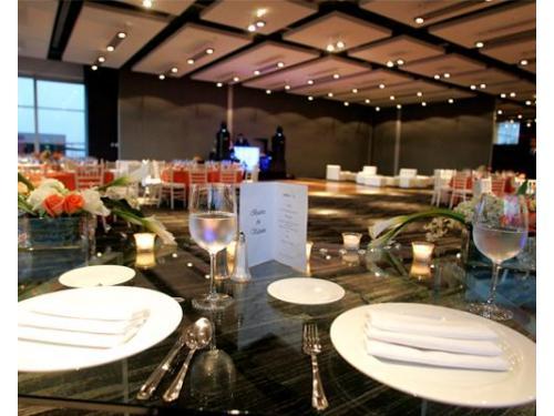 Todas las mesas prefectamente arregladas y acomodadas para recibir a tus invitados